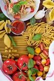 Différents types de pâtes avec les tomates et le basilic Images stock