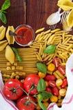 Différents types de pâtes avec les tomates et le basilic Images libres de droits