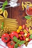Différents types de pâtes avec les tomates et le basilic Photo stock