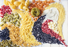Différents types de pâtes formant des remous Image stock