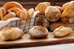 Différents types de petits pains sur le fond en bois Photos libres de droits
