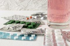 Différents types de pilules Pillules Pilules fermées dans le paquet image libre de droits