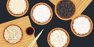 Différents types de riz dans des cuvettes en céramique Basmati, sauvage, jasmin, long brun, arborio, sushi baguettes Tapis de bam Images libres de droits