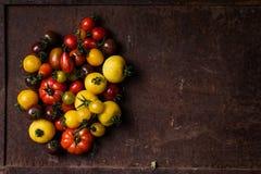 Différents types de tomates sur le fond rouillé Photo stock