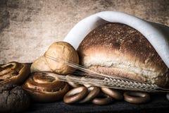 Différents types de transitoires de pain frais et de blé sur vieil en bois merci Photo stock