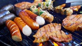 Différents types de viandes juteuses sur les charbons chauds sur le gril dans le mouvement lent clips vidéos