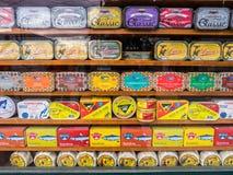 Différents types des sardines et de tout autre produit portugais typique Photos stock