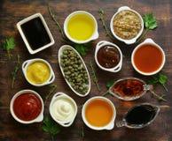 Différents types des sauces et de pétroles dans des cuvettes Image stock