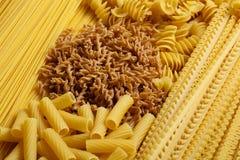 Différents types et formes de pâtes italiennes Photo stock