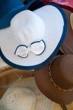 Différents types et modèles de nombreuses couleurs de chapeaux Images libres de droits