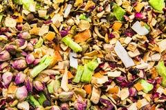 Différents variétés et mélanges des thés sur le bazar égyptien à Istanbul, Turquie images stock
