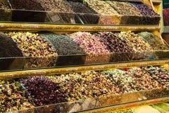 Différents variétés et mélanges des thés sur le bazar égyptien à Istanbul, Turquie photographie stock libre de droits
