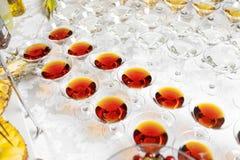 Différents verres avec le whiskey et le vin d'alcool sur la table à photos libres de droits