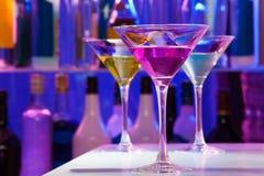 Différents verres de cocktail dans la barre Photo stock