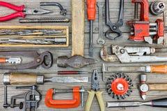 Différents vieux outils de bricolage et accessoires rouillés sur le pl en bois gris photographie stock libre de droits
