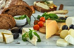 Diff?rents fromages sur la table Produits laitiers frais photos stock