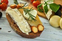 Diff?rents fromages sur la table Produits laitiers frais photographie stock