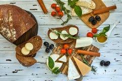 Diff?rents fromages sur la table Produits laitiers frais photographie stock libre de droits