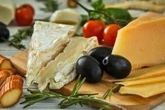 Diff?rents fromages sur la table Produits laitiers frais photo libre de droits