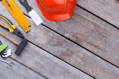 Diff?rents outils de construction sur le fond en bois image stock