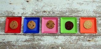 Diffent покрашенный квадрат 5 с плитами с печеньями Стоковые Фотографии RF