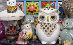 Different figurines of owls in the gift shop stock photography