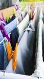 Differente copre di recente l'attaccatura con i perni sul clotheshorse per l'essiccamento sul balcone fotografia stock