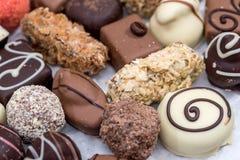 differente delle caramelle di cioccolato deliziose, del bianco, del buio e del cioccolato al latte Fotografia Stock