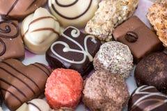 differente delle caramelle di cioccolato deliziose, del bianco, del buio e del cioccolato al latte Immagine Stock