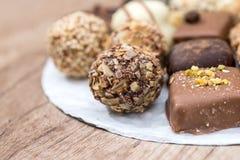 differente delle caramelle di cioccolato deliziose, del bianco, del buio e del cioccolato al latte Immagini Stock Libere da Diritti