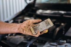 Difficoltà nel lavoratore di servizio dell'automobile - ha rotto lo smartphone immagini stock libere da diritti