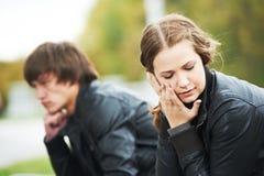Difficoltà o problema di relazione Donna ed uomo depressi in parco Immagine Stock Libera da Diritti