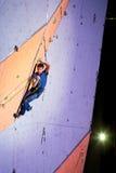 Difficulté de essai de grimpeur une corde sur le mur s'élevant photos libres de droits