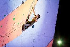 Difficulté de essai de grimpeur une corde sur le mur s'élevant images libres de droits