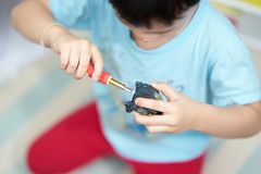 Difficulté de jouet de robot par l'enfant images stock