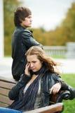 Difficultés de rapport des couples des jeunes photographie stock