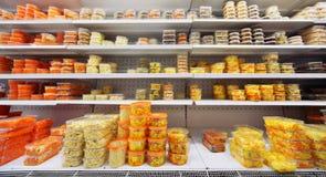 Différentes salades dans des récipients en plastique Images stock