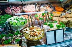 Différents plats froids finlandais montrés dans une boutique Photos stock