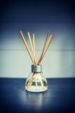 Diffuseur de parfum de pièce sur la table Images libres de droits