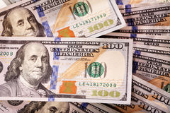 Diffusion d'argent liquide de nouvelles factures de cent-dollar Photographie stock