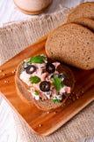 Diffusion de saumons fumés et de fromage à pâte molle, mousse, pâté sur un pain photo libre de droits