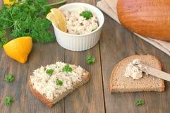 Diffusion saine des poissons, du citron et du persil avec du pain sur le fond en bois brun Photos libres de droits