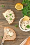 Diffusion saine des poissons, du citron et du persil avec du pain sur le fond en bois brun Image stock
