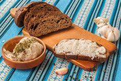 Diffusion traditionnelle de pain de Pomazuha faite de saindoux et ail en Ukraine Photographie stock libre de droits
