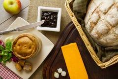 Diffusione del piatto di formaggi/pane/sottaceti sopraelevata Immagini Stock Libere da Diritti