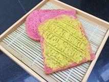 Diffusione dell'avocado sui pani rossi del velluto Fotografie Stock