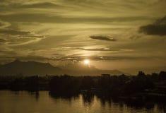 Diffusione di oro sopra il fiume di Sarawak immagine stock libera da diritti