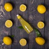 Diffusione fuori le fette del limone e l'intera frutta, succo di limone sui bordi immagini stock