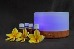 Diffusor des ätherischen Öls mit purpurrotem Licht lizenzfreies stockbild