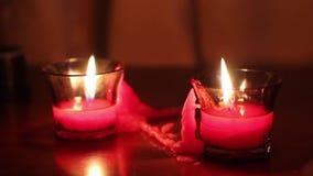 Diffuus licht van kaarsen, die zich op de lijst bevinden stock video